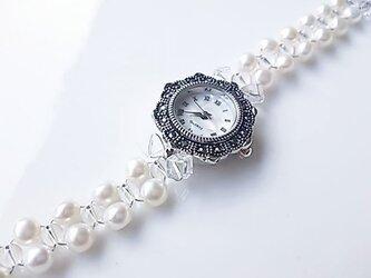 パールと水晶の腕時計の画像
