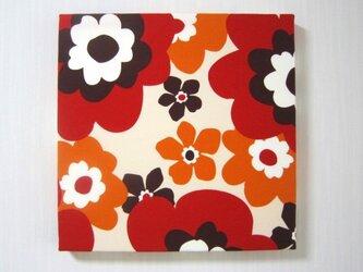 赤い花柄のファブリックパネルの画像