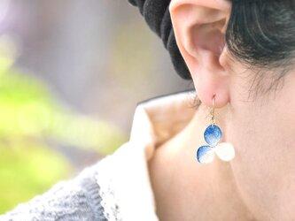 アジサイ【S/藍染】3枚花弁のピアス 14kgf /イヤリングの画像