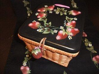 苺のラタン小物かごの画像