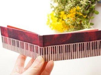 「赤の旋律」 型染め豆本 ピアノの画像