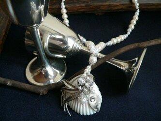 貝とヴィンテージブローチのネックレスの画像