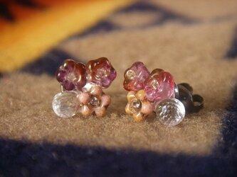 クリスタルと桜色のチェコビーズのピアス(チタン)の画像