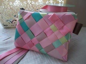 リボン編みのポーチ ピンク サイズMの画像