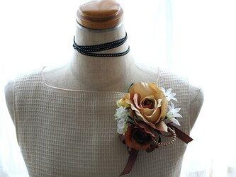 温かみを感じるベージュ系のバラのコサージュの画像