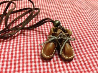 ちっちゃめ茶革ショートブーツのネックレスの画像