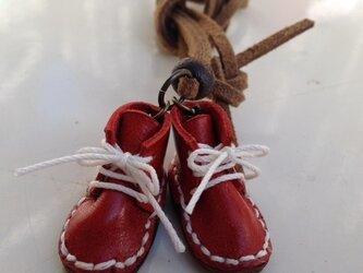 ちっちゃめ赤いショートブーツのネックレスの画像