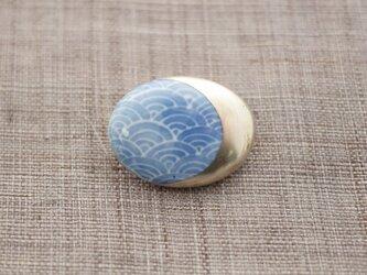 帯留 三日月と青い波の画像