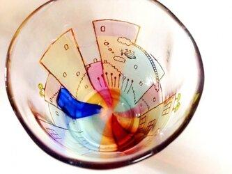 降っても晴れてもの街(飛行船)グラスの画像