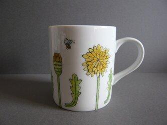 タンポポとミツバチのマグカップの画像
