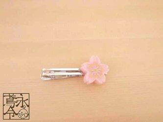 ネクタイピン 乳白ピンクの小桜の画像