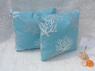 サンゴ柄のサマークッション ブルーの画像