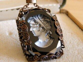 【ヴィンテージ】漆黒のカメオペンダント 豊かな髪の女性の画像