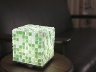 モザイクタイルのランプ 若葉色(緑色-薄緑色-薄青色)の画像