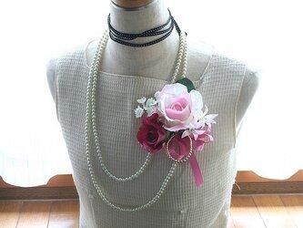 キュートで優しいライトピンクのバラのコサージュの画像