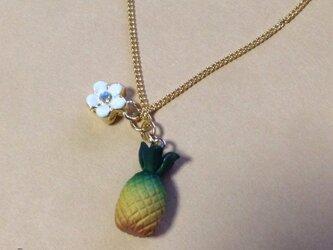フルーツシリーズ* パイナップルとお花のハワイアンネックレスの画像