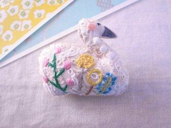 スワンのブローチ ガーデン刺繍1の画像