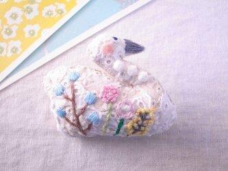 スワンのブローチ ガーデン刺繍2の画像