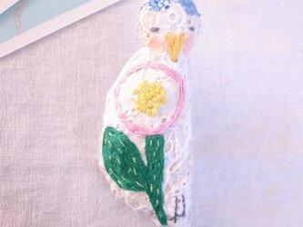 小鳥のブローチ まる花刺繍 水色の画像