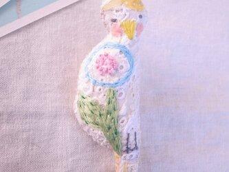 小鳥のブローチ まる花刺繍 きいろの画像