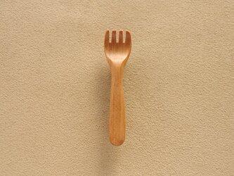 木のフォークのブローチの画像