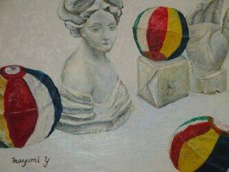紙風船と石膏像の画像