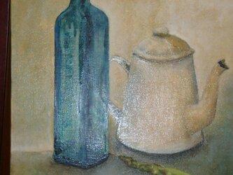 青い瓶のある静物の画像