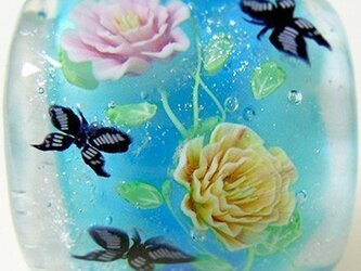 とんぼ玉帯留め ピンクと黄色のつるバラに蝶の画像