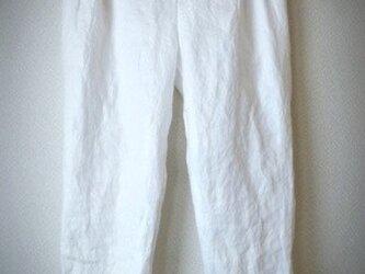 タックテーパードパンツ ホワイト リネンの画像