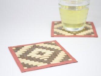 ひのき材で編み込んだコースター (ピンク×茶)の画像