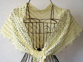 ネット編みの三角ショール(クリーム色)の画像