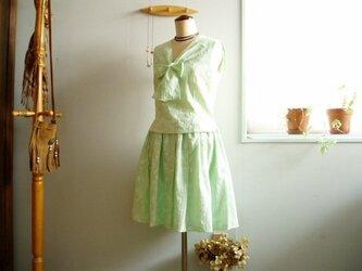 【参考商品】レトロが可愛い淡グリーン袖なしブラウス&スカートの画像