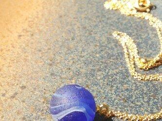 コバルトブルービー玉のペンダントの画像