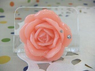 オレンジのバラのブローチの画像