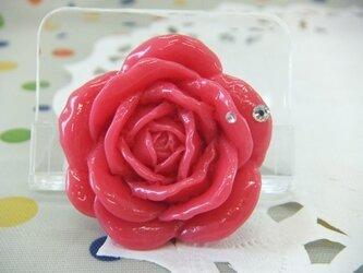 ピンクのバラのブローチの画像