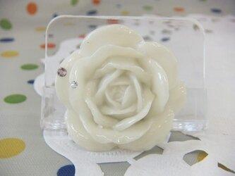 白バラのブローチの画像