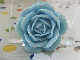 青いバラのブローチの画像