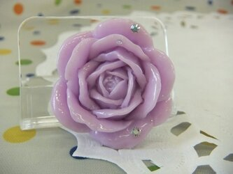 紫のバラのブローチの画像