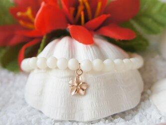 ストーンブレスレット(白珊瑚4mm・プルメリアK10)の画像