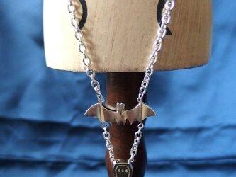 蝙蝠と柩のネックレスの画像