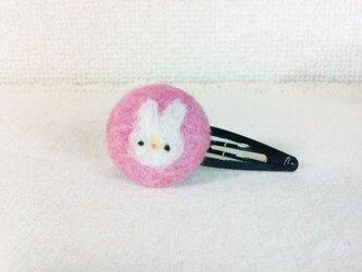 羊毛フェルトのくるみボタン・ヘアピン(うさちゃん)の画像