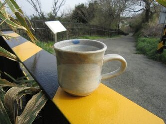 ベージュと藁灰釉のマグカップ の画像