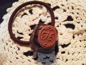 チョコレートヘアゴム(アルファベットH)の画像