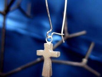 十字架のピアスの画像
