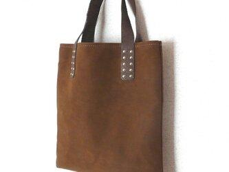 上品なバックスキンの茶色い手提げバッグの画像