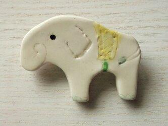 陶ブローチ-白象のやまぶきの画像