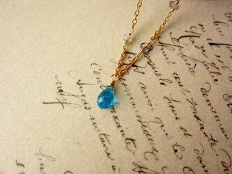 鱗粉色のネックレスの画像