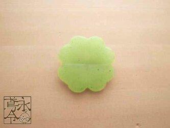 ブローチ 薄いライムグリーン色の大きめクローバーの画像