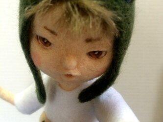 羊毛フェルト「カエル帽子の男の子」二体目の画像