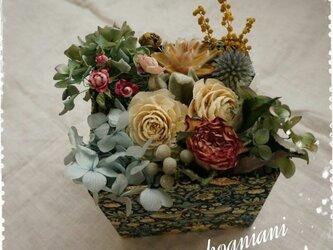 リバティBoxにつめた花(水色)の画像